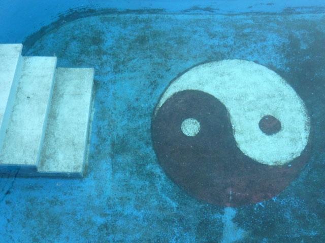 Das Yin-Yang-Zeichen unter Wasser mit Treppe symbolisieren das Spiel und die Harmonie von Yin und Yang im Qigong und Taijiquan (Tai Chi).zen auf dem Weg zur .