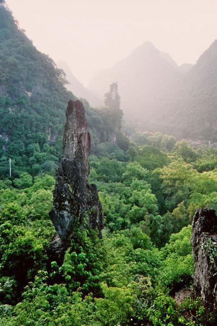 Steile Berge und grüne Täler in China sind wie Yin und Yang.