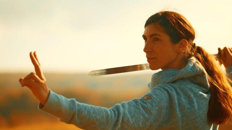 Sonja Schillo trainiert mit dem Schwert chinesische Bewegungskünste.