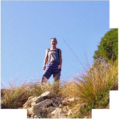Laura Kursleiterin für Taijiquan und Qigong in stimmungsvoller Berglandschaft.