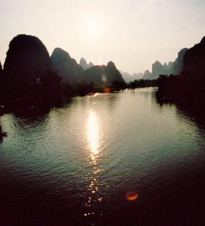 Malerische Berge und Flüsse symbolisieren das dynamische Wechselspiel im Qigong und Taijiquan (Tai Chi).