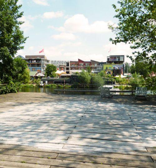 Qigong Training auf der Bootsterrasse an der Berliner Spree.