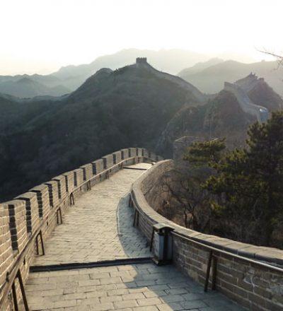 Die große Mauer in China schlängelt sich wie ein Drache durch die Landschaft, fließend wie die Bewegungen im Qigong und Taijiquan (Tai Chi).